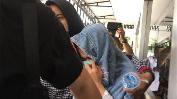 Penampakan Medina Zein-Ibra Azhari Digiring ke Puslabfor untuk Tes Rambut