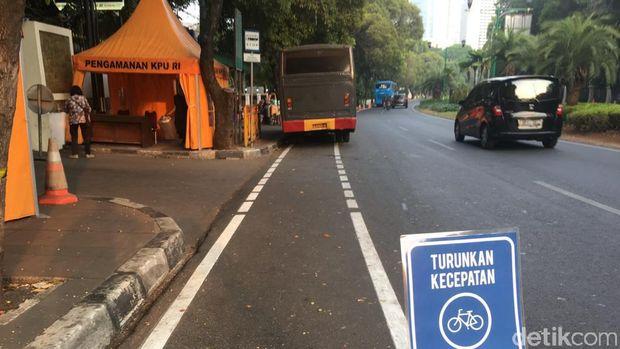 Jalur sepeda sering dipakai untuk parkir kendaraan.