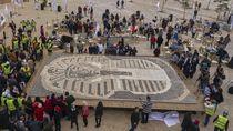 Keren! Mozaik Raja Tutankhamun Disusun dari Ribuan Cangkir Kopi