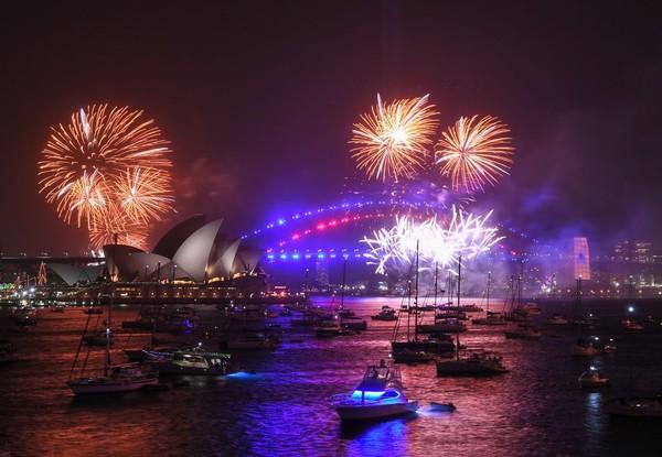 Meski waktu belum menyentuh pukul 23.59, kembang api sudah menghiasi Opera House Sydney (Foto: gettyimages)