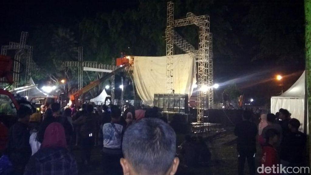 Video Atap Panggung Pesta Tahun Baru di Magelang Ambruk