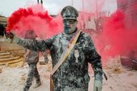 Tak hanya pria, para wanita pun ikut meramaikan acara perang tepung ini. Tak hanya tepung dan telur, festival ini juga diwarnai dengan kembang api dan petasan. (AFP)