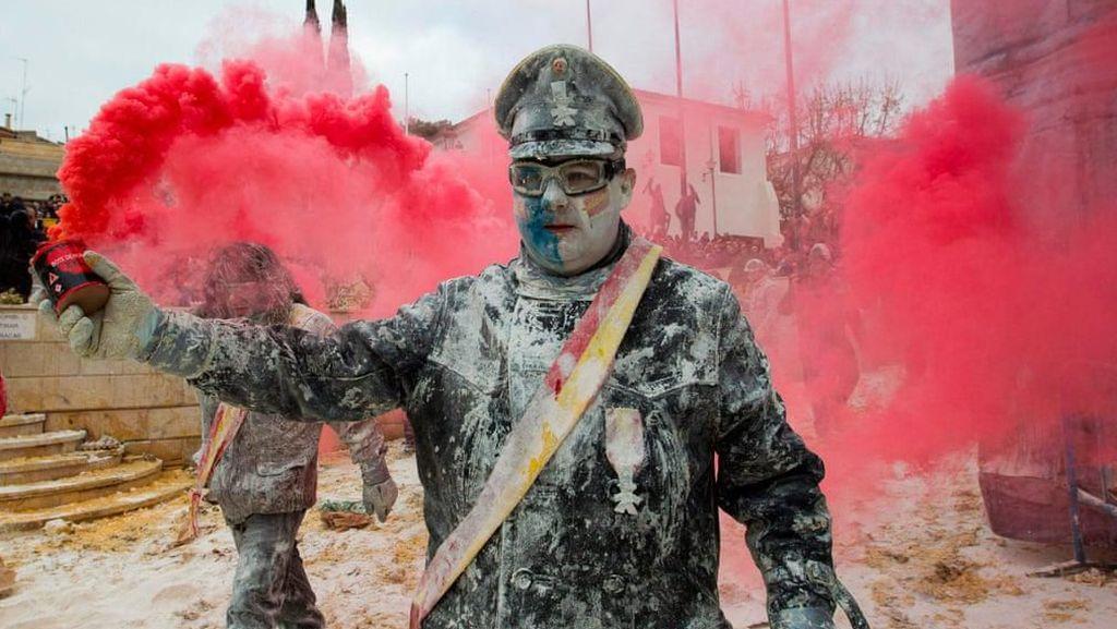 Tradisi Perang Tepung untuk Ambil Alih Kota