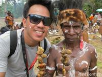 Begini Rasanya Makan Ulat Sagu di Papua