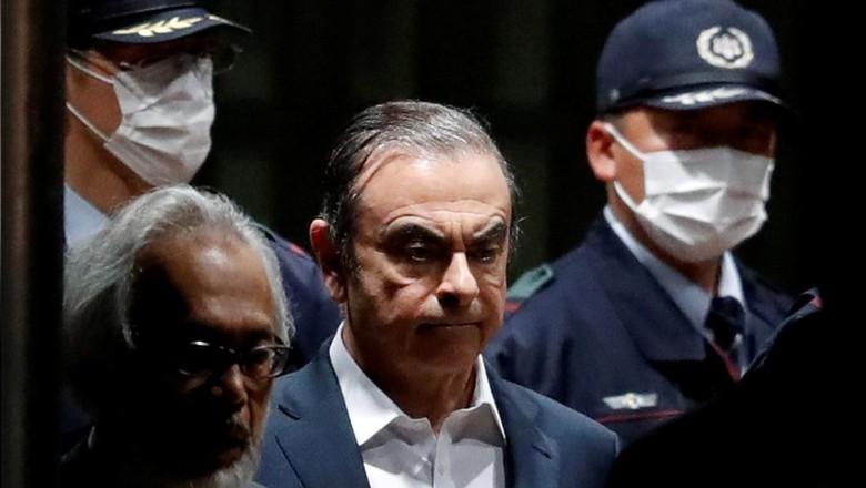 Mantan ketua Nissan Motor Carlos Ghosn meninggalkan Rumah Detensi Tokyo di Tokyo, Jepang, 25 April 2019.
