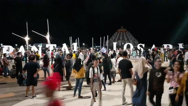 Masyarakat Makassar pun tak ketinggalan meramaikan malam Tahun Baru. Pantai Losari di Makassar pun jadi titik keramaian yang cukup populer (Muhammad Nur Abdurrahman/detikcom)