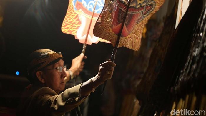 Pagelaran Wayang Kulit Semalam Suntuk untuk menyambut tahun baru digelar di TMII, Jakarta. Begini aksi dalang Ki Manteb Sudarsono.
