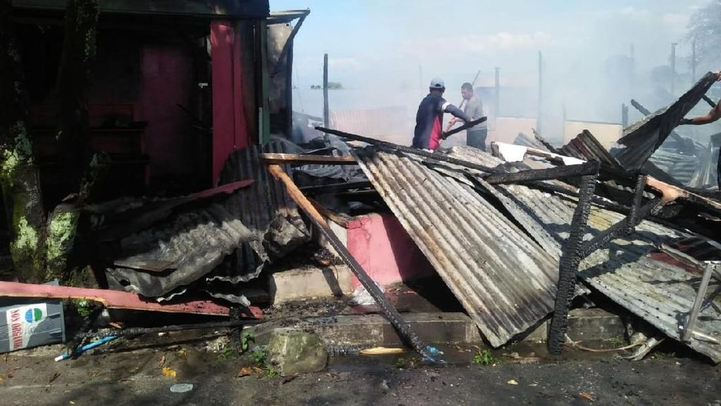 3 Kios Pedagang di Pelabuhan Simanindo Terbakar