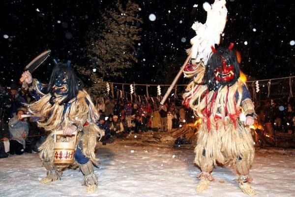 Selain Festival Namahage, ada juga Namahage Sedo Festival yang menggabungkan tradisi Namahage dan Shinto. Saat itu akan ada pertunjukan tarian kagura yang sakral dan disertai pula dengan tarian Namahage yang dinamis dan pukulan drum (Getty Images)