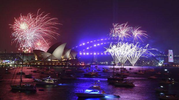Pesta kembang api di atas Harbour Bridge dan Sydney Opera pada 1 Januari lalu (Dean Lewins/AAP Images via AP)