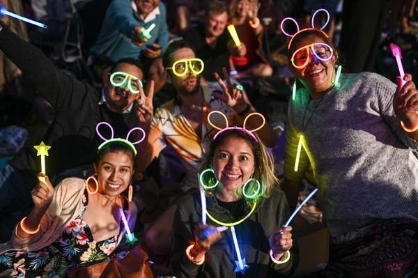 Pengunjung juga memakai kostum menyala aneka warna untuk menyemarakkan pergantian malam tahun baru 2020 (Foto: gettyimages)