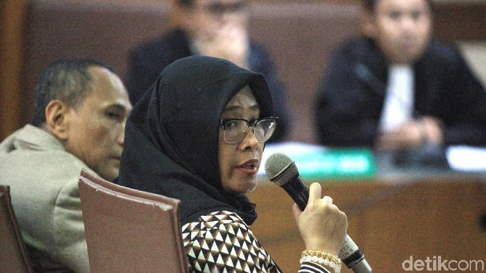 Terdakwa kasus dugaan suap impor bawang putih Elviyanto dan Mirawati Basri (berjilbab) menjalani sidang dakwaan di Pengadilan Tipikor, Jakarta, Selasa (31/12/2019).
