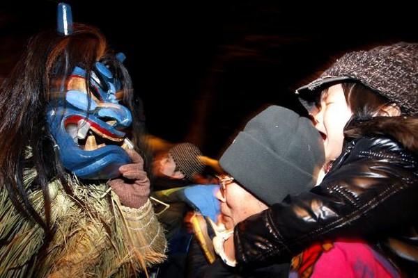 Ritual yang dilakukan tiap tahun ini melibatkan sekelompok orang berkonstum rumput dan bertopeng ala setan bernama Namahage (Getty Images)