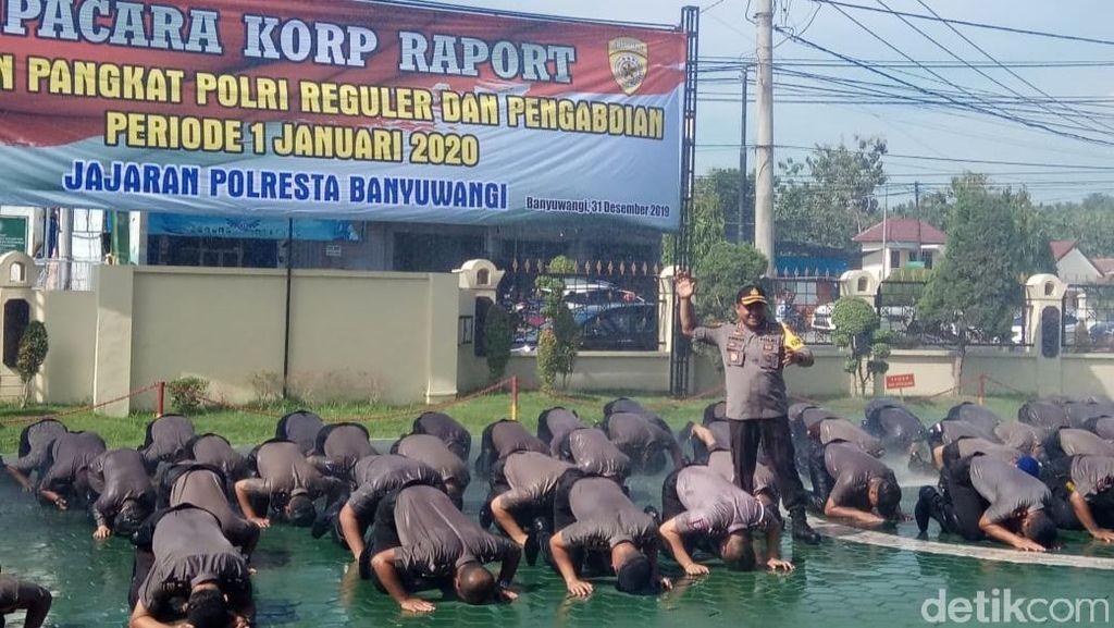 Diguyur Air, 99 Personel Polresta Banyuwangi Naik Pangkat Sujud Syukur
