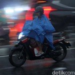 Ingat! Jas Hujan Tidak Kurangi Resiko Kecelakaan Saat Hujan
