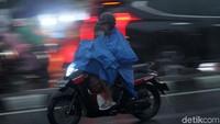 4 Alasan Pemotor Jangan Pakai Jas Hujan Model Ponco