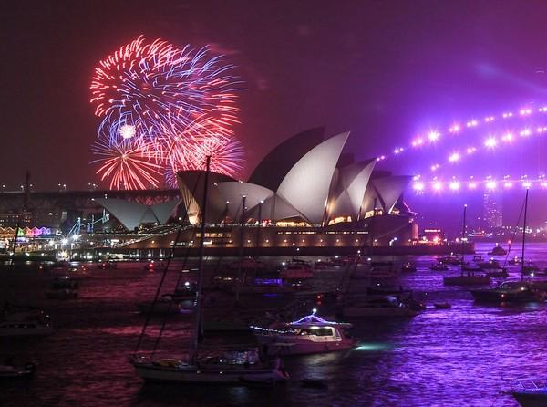 Aneka warna kembang api menyambut tahun baru 2020 di langit Sydney, Australia (Foto: gettyimages)
