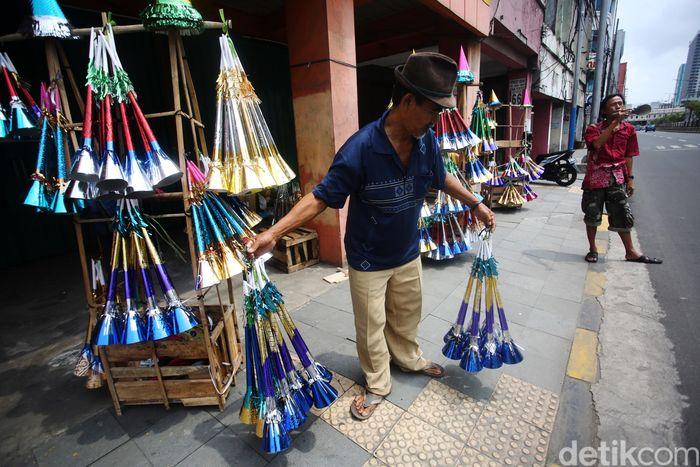 Pedagang terompet mulai menggelar dagangannya di kawasan Glodok, Jakarta, Selasa (31/12/2019).