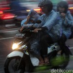 Hati-Hati! Hujan Baru Turun Bikin Pemotor Banyak yang Jatuh
