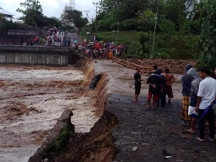 Diterjang Banjir Jembatan Di Lombok Utara Ntb Terputus