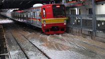 Rel Stasiun Kampung Bandan Banjir, KRL Tujuan Stasiun Jakarta Kota Terganggu