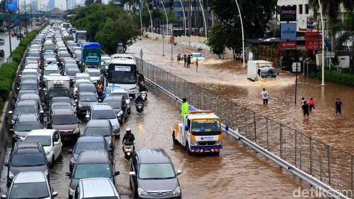 Jalan tol kebon jeruk KM 4 dari Jakarta menuju Tangerang terendam banjir hingga menyisakan satu lajur. Lalu lintas padat