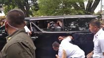 Tinggalkan Gedung Agung Yogya, Jokowi Bagi-bagi Kaus Lagi