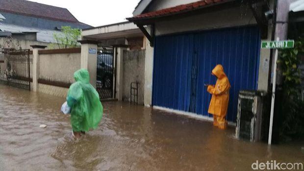 Banjir Setinggi Paha di Halim Jaktim.