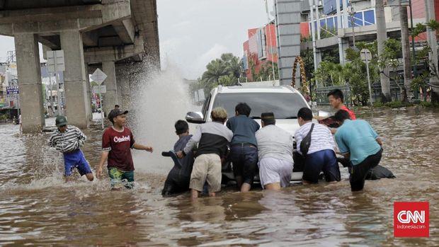 Penanganan Mobil Terendam Banjir di Jakarta