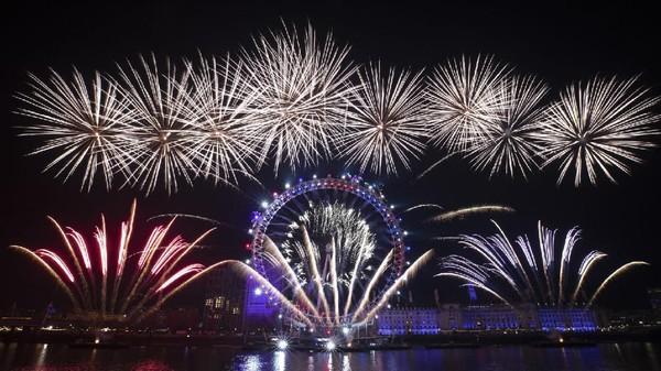 Perayaan menyambut tahun baru di london disemarakkan dengan pesta kembang api yang meriah. Tepatnya di Sungai Thames, London. (AP)