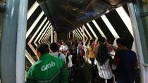 Rayakan Tahun Baru, Warga Bekasi Terjebak di JPO karena Hujan Deras