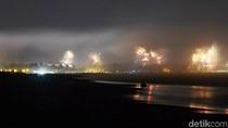 Hujan Reda, Wisatawan Pangandaran Saksikan Pesta Kembang Api Tahun Baru