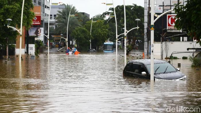 Kawasan Kemang juga dilanda banjir, Rabu (1/1/2020). Perahu karet pun dikerahkan untuk mengevakuasi warga yang terjebak banjir.