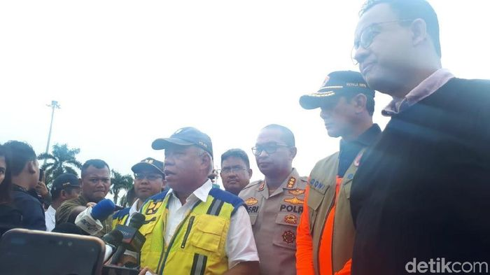 Foto: Gubernur DKI Jakarta Anies Baswedan hingga Kepala BNPB Doni Monardi melakukan konferensi pers. (Faiq-detikcom)
