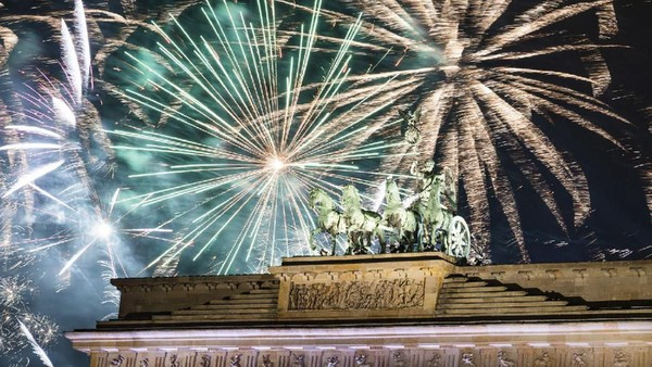Pesta kembang api di Berlin juga tak kalah meriah. Warna-warni kembang api menghiasi langit kota Brandenburg, Berlin. (AP)