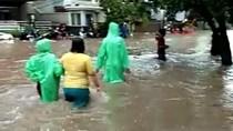 Banjir di Petamburan Sampai Selutut Orang Dewasa