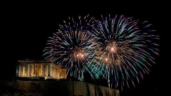 Kali ini kembang api meluncur di atas kuil Perthenon kuno di bukit Acropolis sambut perayaan tahun baru di Athens, Yunani. (AP)