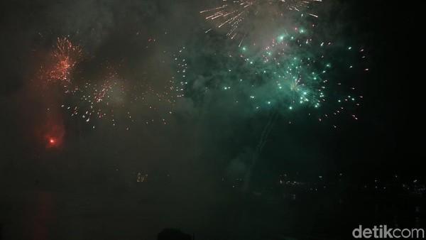 Di Indonesia pun tak kalah meriah dengan negara lain. Meskipun diguyur hujan, masyarakat tetap antusias memeriahkan pesta kembang api menyambut tahun baru. Selamat tahun baru traveler! (Rengga Sancaya/detikcom)