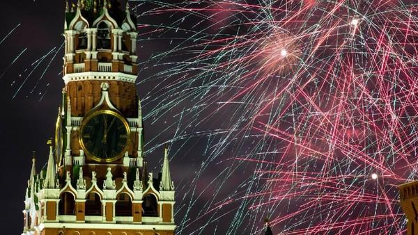 Perayaan tahun baru dengan pesta kembang api kali ini berlokasi di Lapangan merah, Moskow, Rusia. Tepat nya di dekat Spasskaya Tower. (AP)