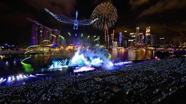 Drone mengabadikan momen pesta kembang api di Marina Bay, Singapura. Telihat panggung yang meriah dan luncuran kembang api ke atas langit. (AFP/Getty Images)