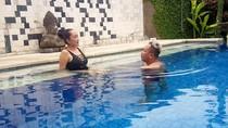 Wow! Vicky Prasetyo Berenang Sama Siapa Tuh?