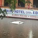 Jangan Keluar Lewat Pintu Jika Terjebak Banjir di Dalam Mobil