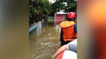 Banjir di Pondok Kelapa, Warga Dievakuasi Pakai Perahu Karet