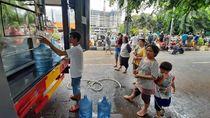 Warga Bekasi Timur Korban Banjir Antre Air Bersih di Posko Evakuasi