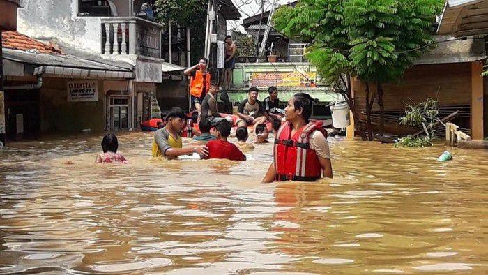 Banjir yang melanda sebagian besar wilayah Jakarta, Bekasi dan Tangerang menjadi topik perbincangan paling hangat. Ketinggian air yang merendam permukiman warga meninggalkan kisah-kisah unik termasuk saat kulineran. Foto: istimewa