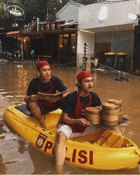 Viral Foto Pelayan Antar Dimsum Pakai Perahu Saat Banjir, Ini Faktanya
