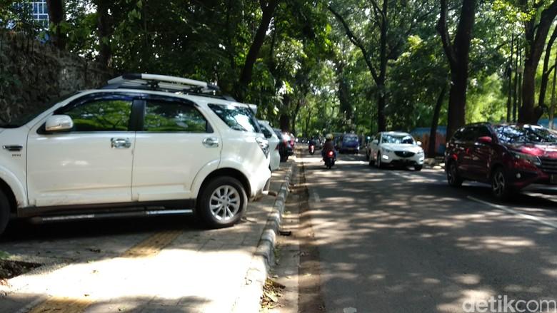 Mobil Parkir di Trotoar Jalan Tamansari Bandung