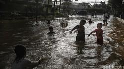 Anies Sebut Anak-anak Senang Main Banjir, Ini Faktanya