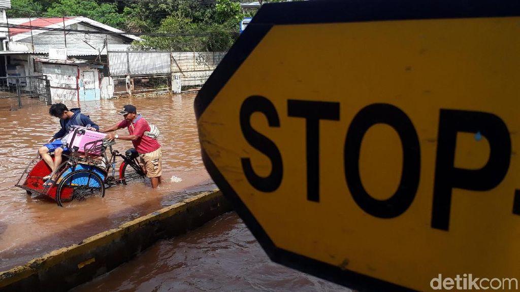 Tewaskan 3 Orang, Hipotermia Hantui Korban Banjir Jakarta