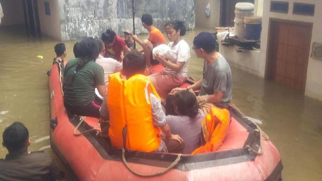 Satpol PP Evakuasi Korban Banjir yang Mau Cuci Darah dan Stroke di Kalideres
